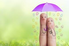 Conceptueel Pasen-vingerart. Het paar houdt violette paraplu met dalende paaseieren Het beeld van de voorraad Stock Afbeelding