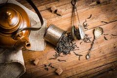 Conceptueel stilleven met zwarte thee, boven mening stock foto's