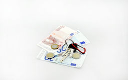 Conceptueel studioschot van een bos van euro bankbiljetten die een boodschappenwagentje op witte achtergrond 18 september, 2016 v Royalty-vrije Stock Afbeeldingen