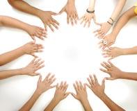 Conceptueel symbool van multiraciale kinderenhanden stock afbeeldingen