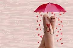 Conceptueel vingerart. De minnaars omhelzen en houden paraplu met dalende harten Het beeld van de voorraad Stock Foto