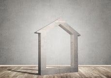 Conceptuele achtergrond van concreet huisteken in ruimte met houten vloer Royalty-vrije Stock Foto
