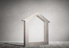 Conceptuele achtergrond van concreet huisteken in ruimte met houten vloer Stock Fotografie