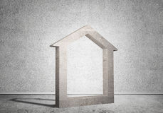 Conceptuele achtergrond van concreet huisteken in ruimte met houten vloer Royalty-vrije Stock Afbeeldingen