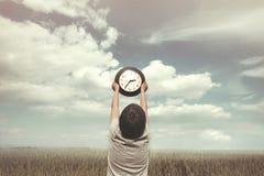 Conceptuele foto van weinig jongen en de relativiteit van tijd Stock Afbeelding