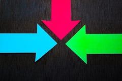 conceptuele gekleurde pijlen op de donkerblauwe textuurachtergrond Royalty-vrije Stock Afbeelding