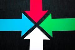 conceptuele gekleurde pijlen op de donkerblauwe textuurachtergrond Stock Foto