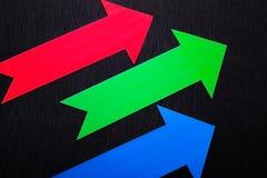 conceptuele gekleurde pijlen op de donkerblauwe textuurachtergrond Royalty-vrije Stock Fotografie