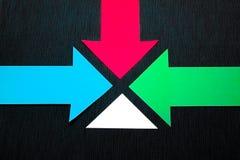 conceptuele gekleurde pijlen op de donkerblauwe textuurachtergrond Stock Afbeeldingen