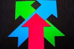 conceptuele gekleurde pijlen op de donkerblauwe textuurachtergrond Royalty-vrije Stock Foto