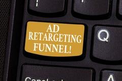 Conceptuele hand die tonend Advertentie die Trechter opnieuw cibleren schrijven De bedrijfsfoto die Strevend relevante advertenti royalty-vrije stock afbeeldingen