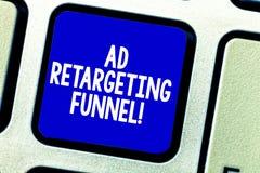 Conceptuele hand die tonend Advertentie die Trechter opnieuw cibleren schrijven De bedrijfsfoto die Strevend relevante advertenti royalty-vrije stock foto's