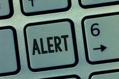 Conceptuele hand die tonend Alarm schrijven Bedrijfsfoto die een waarschuwing van het aankondigingssignaal van gevaar demonstrere stock foto