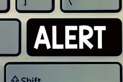 Conceptuele hand die tonend Alarm schrijven Bedrijfsfototekst een waarschuwing van het aankondigingssignaal van gevaar de staat v stock afbeeldingen