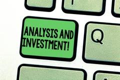 Conceptuele hand die tonend Analyse en Investering schrijven Bedrijfsfototekst het In dienst nemen aan een moderne zoekmachine stock fotografie