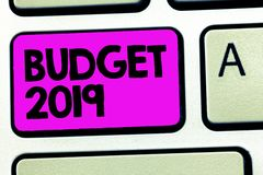 Conceptuele hand die tonend Begroting 2019 schrijven Bedrijfsfoto die Nieuwe jaarraming van inkomens en uitgaven Financieel Plan  stock foto