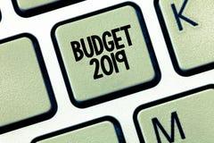Conceptuele hand die tonend Begroting 2019 schrijven Bedrijfsfoto die Nieuwe jaarraming van inkomens en uitgaven Financieel Plan  royalty-vrije stock foto's