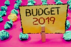 Conceptuele hand die tonend Begroting 2019 schrijven Bedrijfsfoto's die Nieuwe jaarraming van inkomens en uitgaven Financiële Pla royalty-vrije stock afbeelding