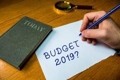 Conceptuele hand die tonend Begrotings 2019 Vraag schrijven De raming van de bedrijfsfototekst van inkomen en uitgaven voor daarn royalty-vrije stock afbeeldingen