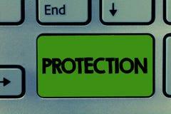 Conceptuele hand die tonend Bescherming schrijven Bedrijfsfoto demonstrerende Staat van wordt beschermd gehouden tegen kwaadverli stock foto's