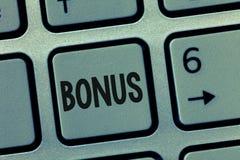 Conceptuele hand die tonend Bonus schrijven Bedrijfsfoto demonstratiebeloning voor goed prestaties Extra dividend en geld stock foto
