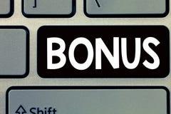 Conceptuele hand die tonend Bonus schrijven De Beloning van de bedrijfsfototekst voor goed prestaties Extra dividend en geld voeg stock afbeeldingen