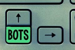Conceptuele hand die tonend Bots schrijven De bedrijfsfototekst automatiseerde programma dat over Kunstmatig Internet loopt royalty-vrije stock fotografie
