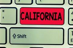 Conceptuele hand die tonend Californië schrijven De Staat van de bedrijfsfototekst op de Stranden van de westkustverenigde staten royalty-vrije stock foto's