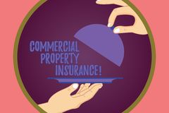 Conceptuele hand die tonend Commercieel eigendomverzekering schrijven De bedrijfsfoto demonstratie biedt bescherming tegen de mee stock illustratie