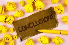 Conceptuele hand die tonend Conclusie Motievenvraag schrijven Bedrijfsfototekst die een verhaal met inspirational geschreven cita stock foto