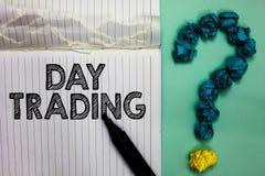 Conceptuele hand die tonend Dag Handel schrijven De effecten die van de bedrijfsfototekst specifiek en financiële instrumenten ko stock fotografie