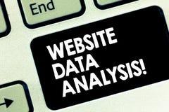 Conceptuele hand die tonend de Analyse van Websitegegevens schrijven De analyse van de bedrijfsfototekst en rapport van Webgegeve stock fotografie