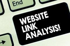 Conceptuele hand die tonend de Analyse van de Websiteverbinding schrijven De bedrijfsfototekst evalueert het verband tussen netwe stock afbeeldingen