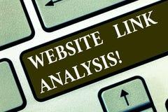 Conceptuele hand die tonend de Analyse van de Websiteverbinding schrijven De bedrijfsfototekst evalueert het verband tussen netwe royalty-vrije stock foto