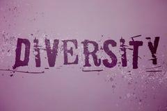 Conceptuele hand die tonend Diversiteit schrijven Bedrijfsfototekst die uit verschillende Multi-etnische Identiteitskaart van de  stock afbeeldingen