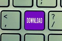 Conceptuele hand die tonend Download schrijven Het exemplaargegevens van de bedrijfsfototekst van één computersysteem een andere  royalty-vrije stock foto's