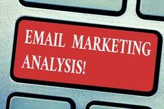 Conceptuele hand die tonend E-mail Marketing Analyse schrijven Bedrijfsfototekst die het verzenden van berichten naar klant onder royalty-vrije stock foto's