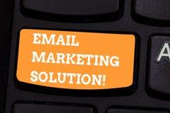 Conceptuele hand die tonend E-mail Marketing Oplossing schrijven Bedrijfsfototekst die klanten helpen om hun problementoetsenbord vector illustratie