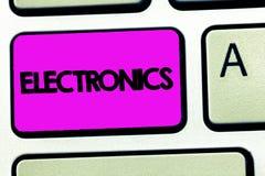 Conceptuele hand die tonend Elektronika schrijven Bedrijfsfoto demonstratiekringen of apparaten die transistorsmicrochips gebruik royalty-vrije stock foto's