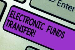 Conceptuele hand die tonend Elektronische betaling schrijven De Overdracht van de bedrijfsfototekst van fondsen door een elektron royalty-vrije stock afbeeldingen