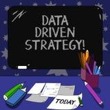 Conceptuele hand die tonend Gegevens Gedreven Strategie schrijven De besluiten van de bedrijfsdiefototekst bij de gegevensanalyse stock illustratie