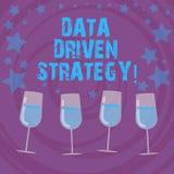 Conceptuele hand die tonend Gegevens Gedreven Strategie schrijven De besluiten van de bedrijfsdiefototekst bij de gegevensanalyse vector illustratie