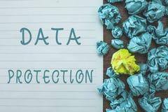 Conceptuele hand die tonend Gegevensbescherming schrijven De bedrijfsfototekst beschermt IP adressen en persoonsgegevens tegen sc stock foto's