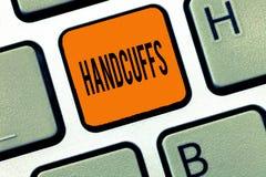 Conceptuele hand die tonend Handcuffs schrijven Het Paar van de bedrijfsfototekst afsluitbare verbonden metaalringen voor het bev royalty-vrije stock foto