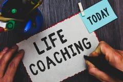 Conceptuele hand die tonend het Leven het Trainen schrijven De bedrijfsfototekst verbetert het Leven door Uitdagingen aanmoedigt  royalty-vrije stock foto