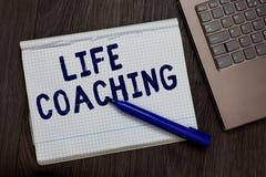 Conceptuele hand die tonend het Leven het Trainen schrijven De bedrijfsfototekst verbetert het Leven door Uitdagingen aanmoedigt  stock afbeelding