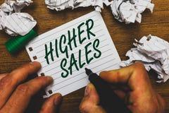 Conceptuele hand die tonend Hogere Verkoop schrijven De bedrijfsfototekst heeft de gemiddelde verkochte producten en de diensten  stock fotografie