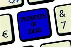 Conceptuele hand die tonend Implementatie van Ideeën schrijven De Uitvoering van de bedrijfsfototekst van suggestie of plan voor  stock afbeelding