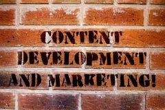 Conceptuele hand die tonend Inhoud Ontwikkeling en Marketing schrijven De Sociale media die van de bedrijfsfototekst optimaliseri royalty-vrije stock afbeeldingen
