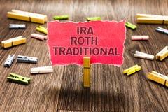 Conceptuele hand die tonend Ira Roth Traditional schrijven De bedrijfsfototekst is voor de belastingen aftrekbaar op zowel staat  stock foto